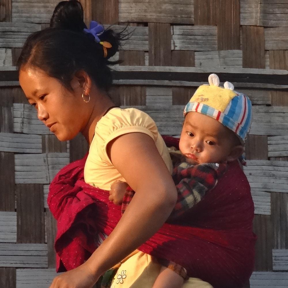Jeune maman pendant le trek