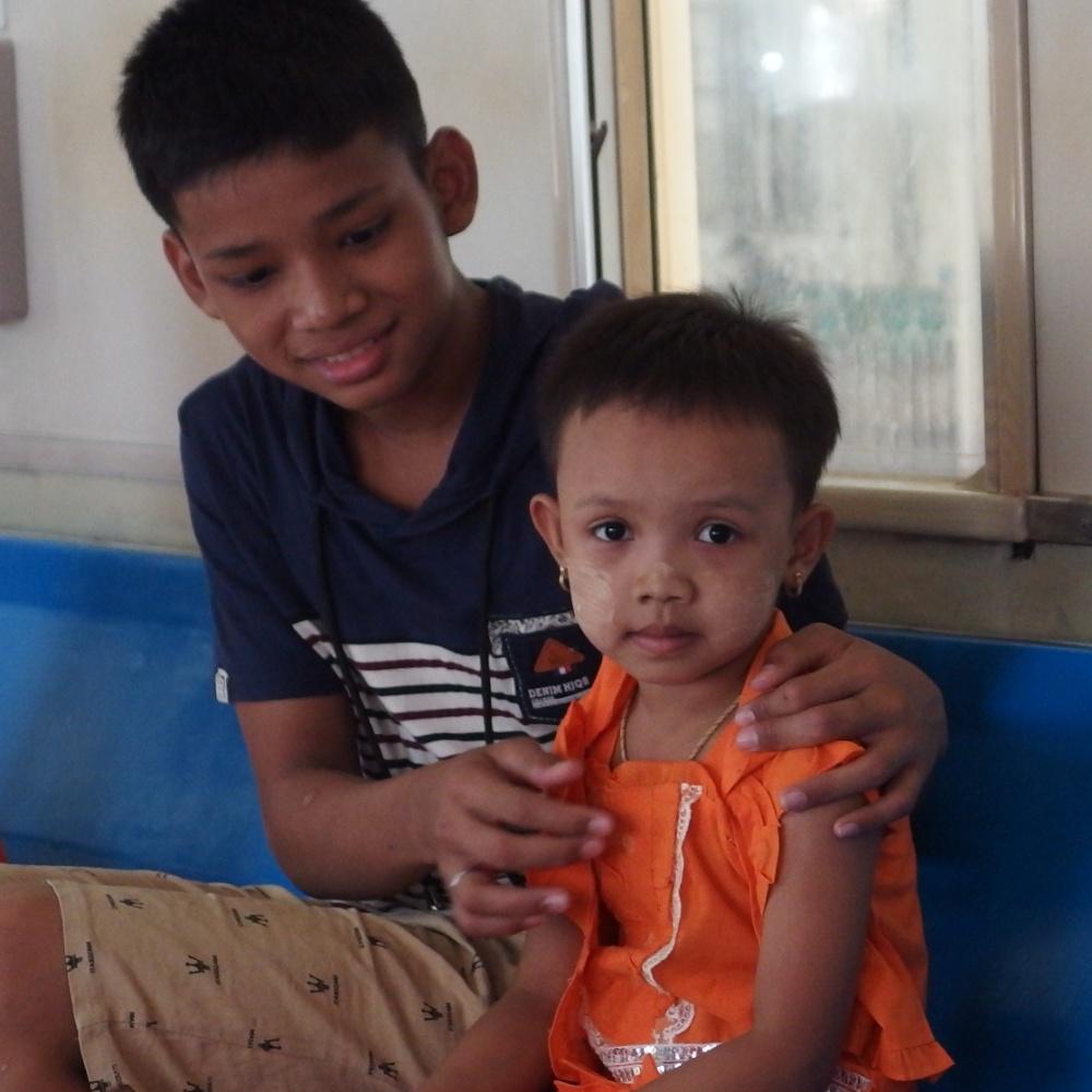 Frère et soeur dans le train autour de Yangon
