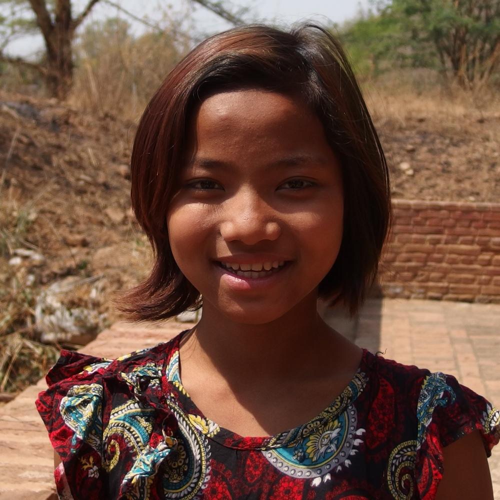 Hihi (Son prénom) 12 ans et parle 11 langues : dans un temple gardé par sa famille sur Bagan